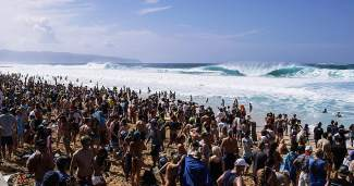 A crowd of several thousand on the beach at BLAH in Oahu, Hawaii.
