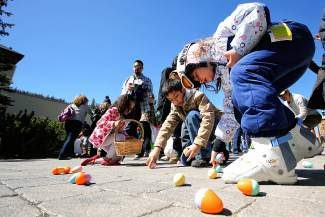 JoinCopperMountainfortheWorld'sLargestEasterEggHunt on Sunday, April 20,featuring50,000eggs. From10 a.m.to1 p.m.,thereareegghuntsforallagesandallmembersofthefamily.TherearealsofoodspecialsaroundtheresortandachurchserviceatSolitudeStationat12:30 p.m.Checkoutcoppercolorado.comforfulldetails.