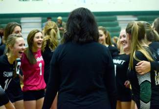 Summit head coach Liz Hughes gives her team the talk between sets at a varsity volleyball match against No. 5 Delta this week, shot by @sumcosports
