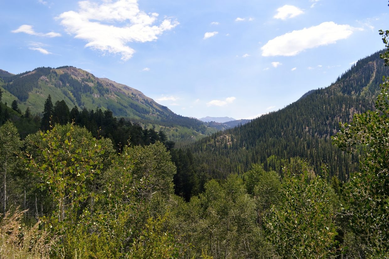 The Colorado Trail overlooks North Sheep Mountain on the hike up to Kokomo Pass.