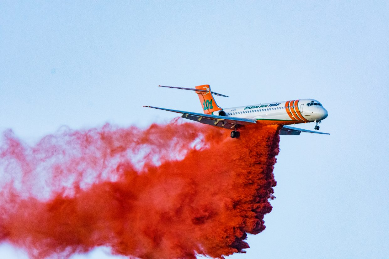 Erickson MD-87 Dropping retardant on the Tenderfoot 2 Fire.